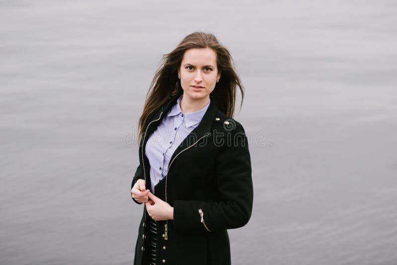 Une fille par le Volga photographie stock