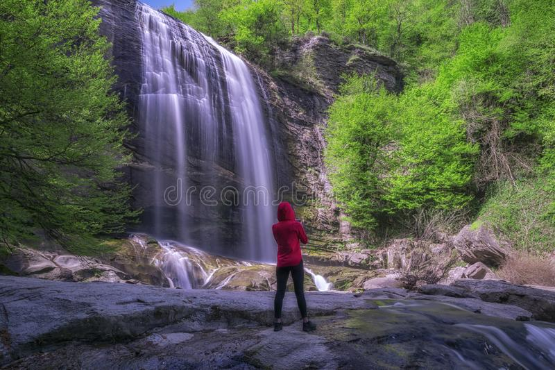 Une fille pose devant la cascade de Suuctu photos libres de droits