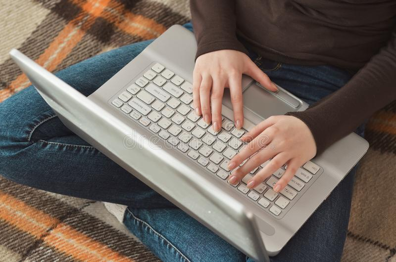 Une fille qui est intéressée à faire des affaires en ligne photo libre de droits