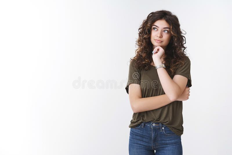 Une fille qui pense mieux gérer le temps, faire des plans d'épicerie liste d'esprit, regarder vers le haut touche réfléchi ligne  photo stock