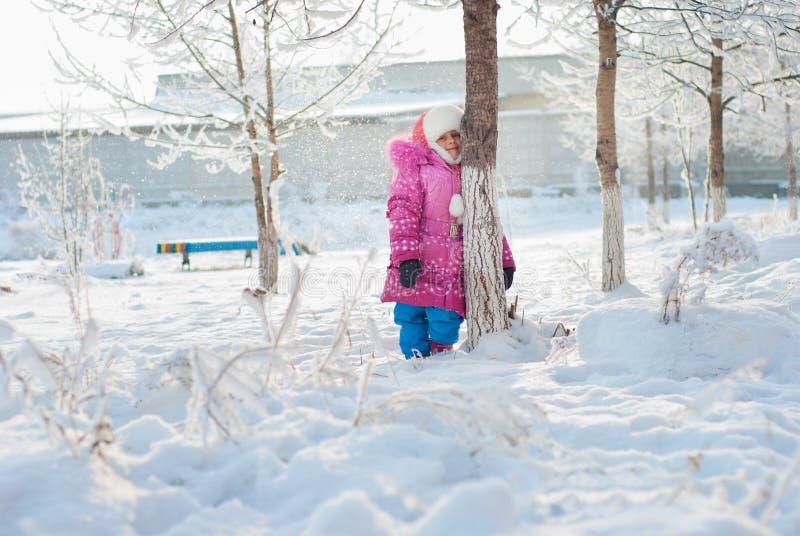 Une fille restant sous les arbres photo stock