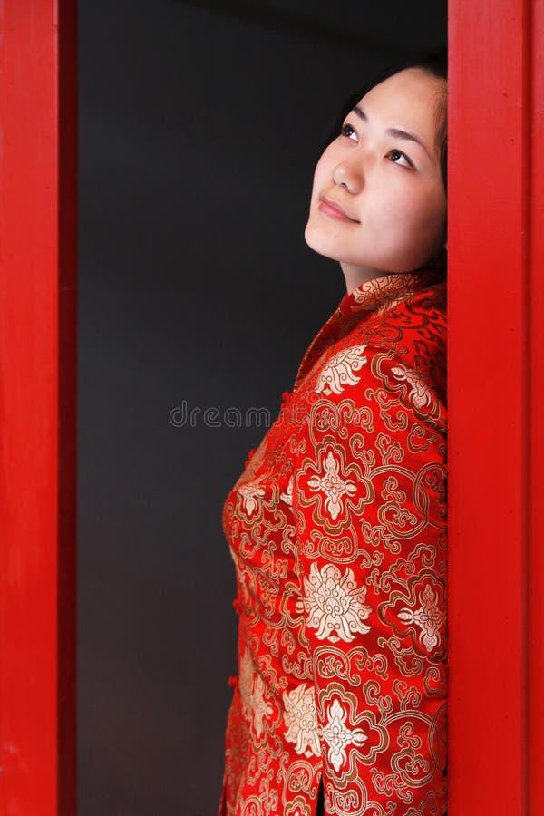 Une fille rouge de vêtement de la Chine photo libre de droits