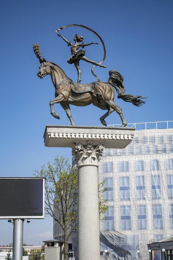 Une fille se tenant sur un cheval photos stock