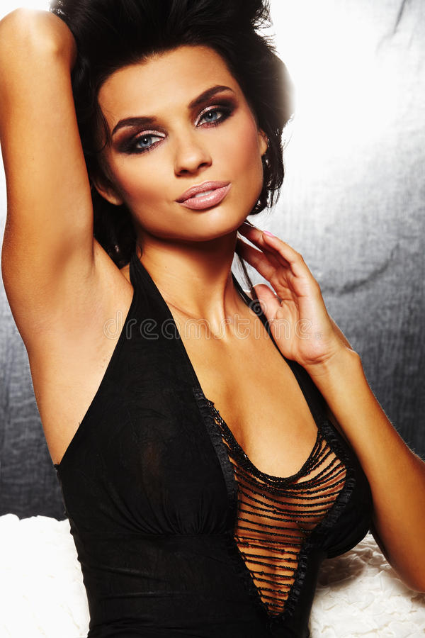 Une fille sexy de brunet sur le sofa photographie stock libre de droits