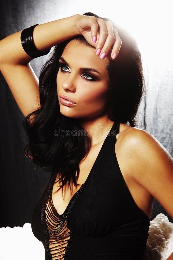 Une fille sexy de brunet sur le sofa photos libres de droits