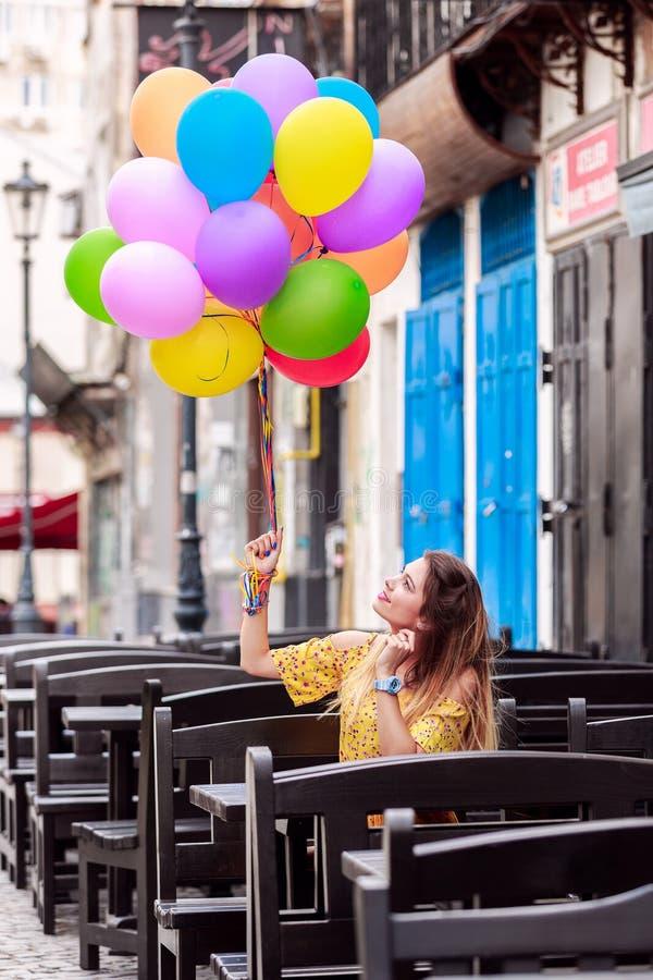 Une fille sourit avec des ballons à disposition photos stock
