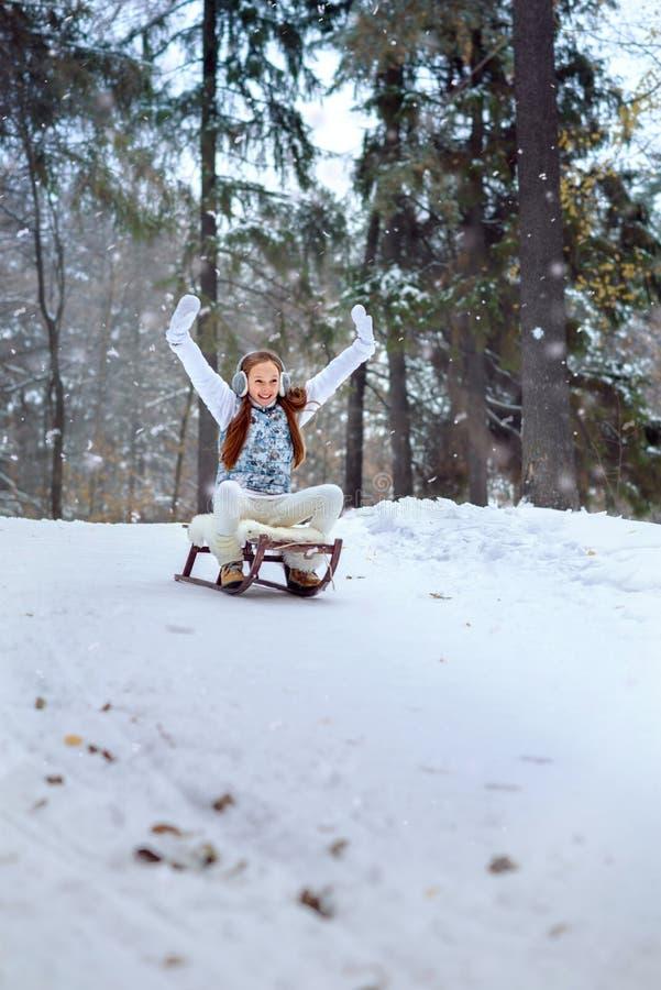Une fille sur la promenade en parc couvert de neige d'hiver photo libre de droits
