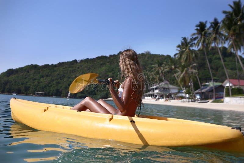 Une fille sur un kayak photographie stock libre de droits