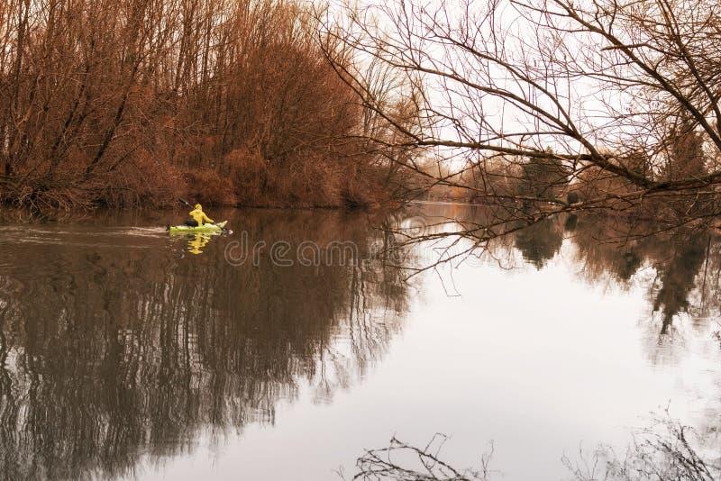Une fille sur un kayak Les flotteurs de fille sur la rivi?re dans un kayak photos libres de droits
