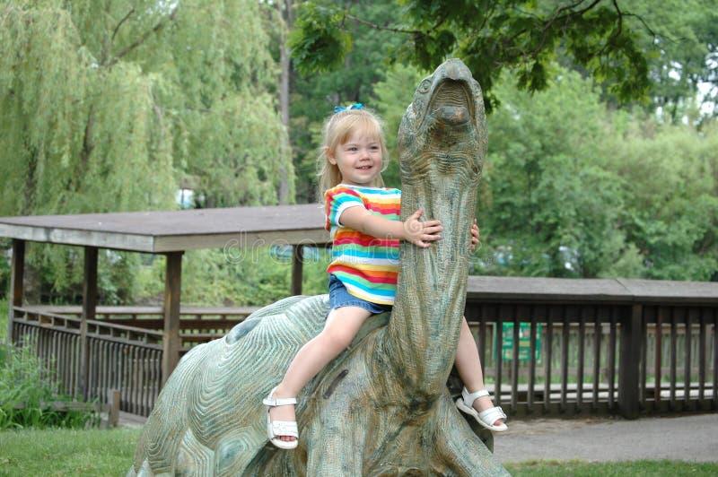 Une fille sur une tortue. image libre de droits