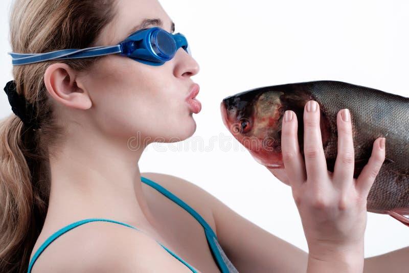 Une fille tenant un grand poisson photographie stock