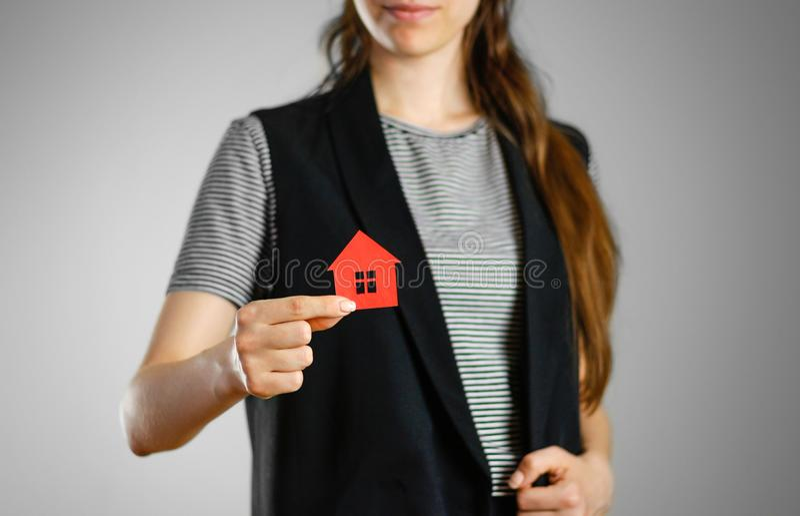 Une fille tient l'icône de la maison Maison de rouge de porte-clés images stock