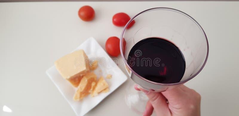 Une fille tient le verre de la vigne rouge image stock