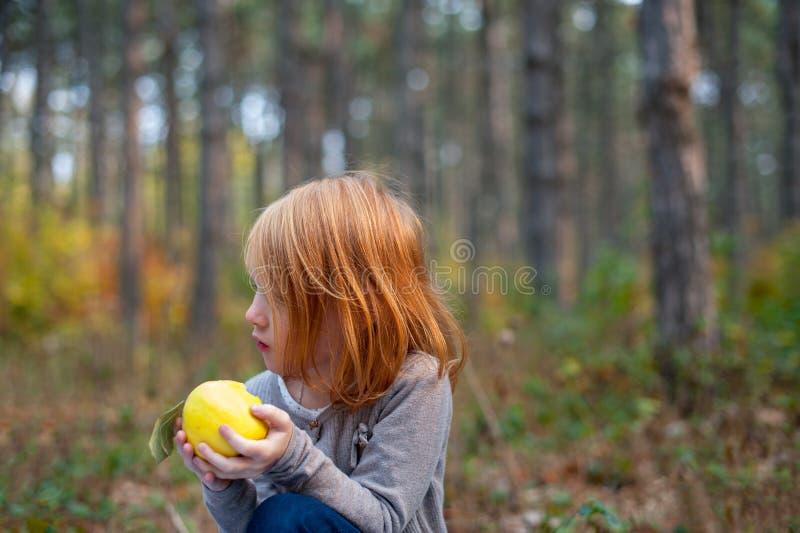 Une fille tient une pomme photo libre de droits