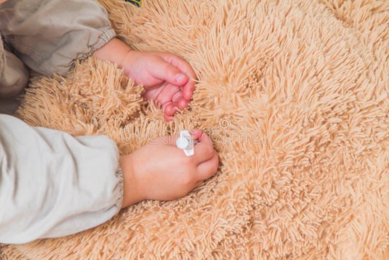 Une fille, un docteur de jeux d'enfant, fait un tir de l'insuline jouer l'ours image stock