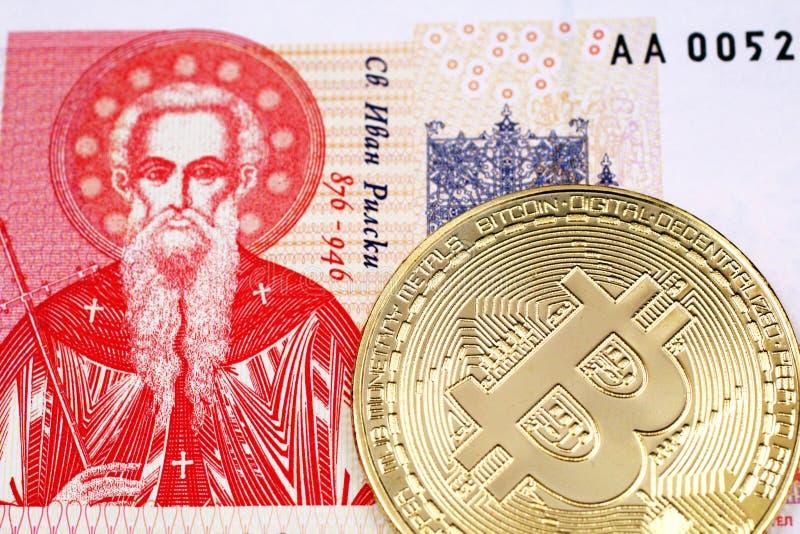 Une une fin bulgare de billet de banque de lev avec de l'or, Bitcoin physique photo libre de droits