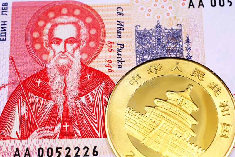 Une une fin bulgare de billet de banque de lev avec de l'or, pièce de monnaie chinoise de panda images stock