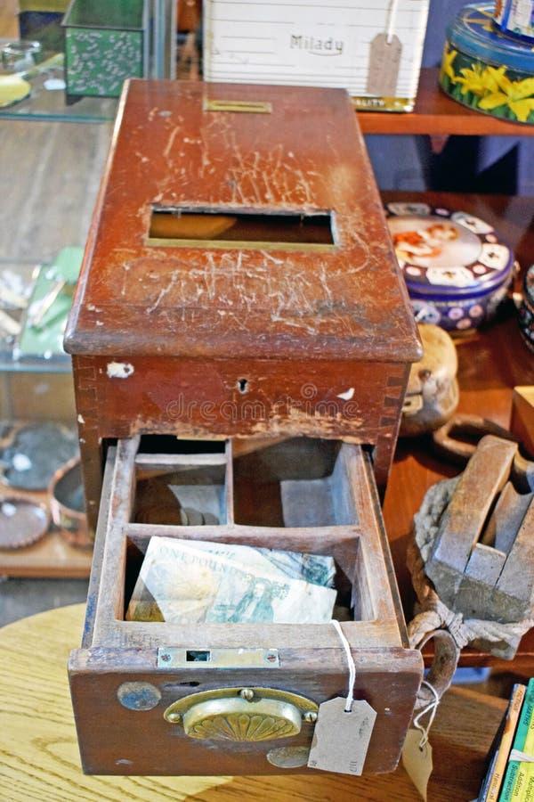 Une fin d'en bois brun jusqu'à cela est remplie de vieil argent photos stock
