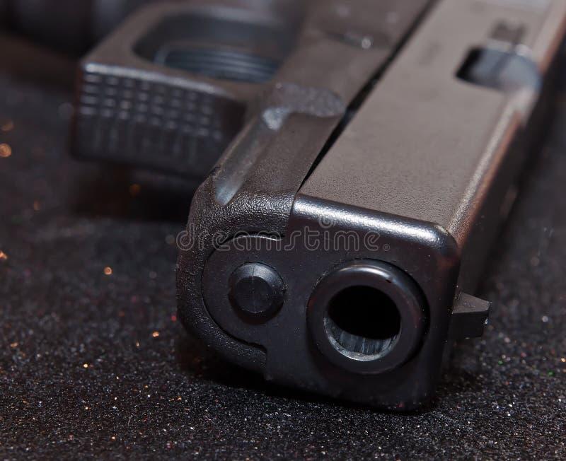 Une fin d'un museau noir du ` s de pistolet images libres de droits