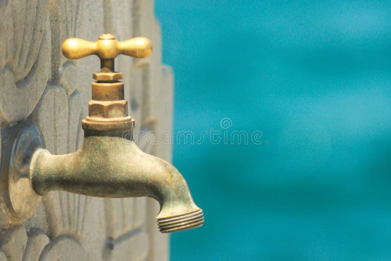 Une fin d'un vieux robinet en laiton sur un mur images stock