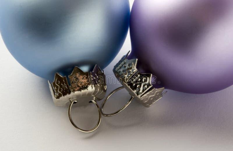 Une fin vers le haut d'image d'une babiole pourprée et bleue de Noël photos stock