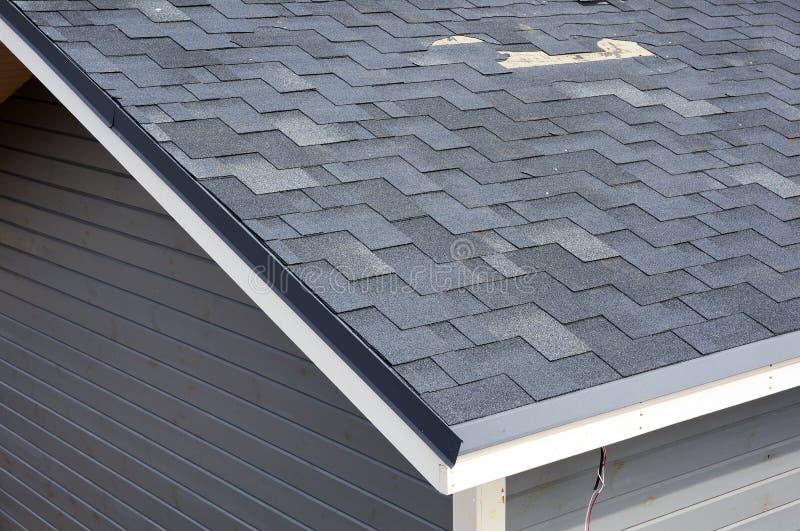 Une fin vers le haut de la vue des bardeaux des dommages de toit Bardeaux de toit - toiture image libre de droits