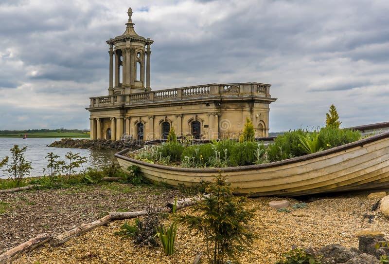 Une fin vers le haut de la vue de l'église chez Normanton à travers Rutland Water au R-U photographie stock libre de droits