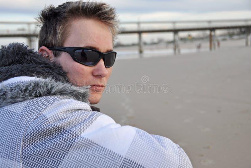 De temps seul jeune homme dehors - sur la plage sablonneuse blanche photographie stock libre de droits