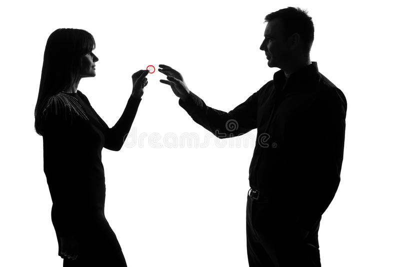 Une fixation d'homme et de femme de couples donnant le condom photo stock