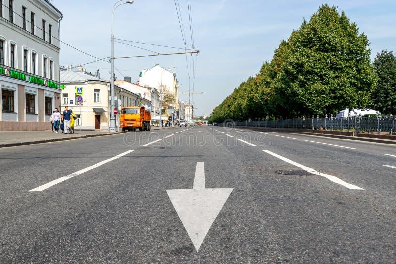 Une flèche de marquage routier sur l'asphalte dans la rue vide images stock
