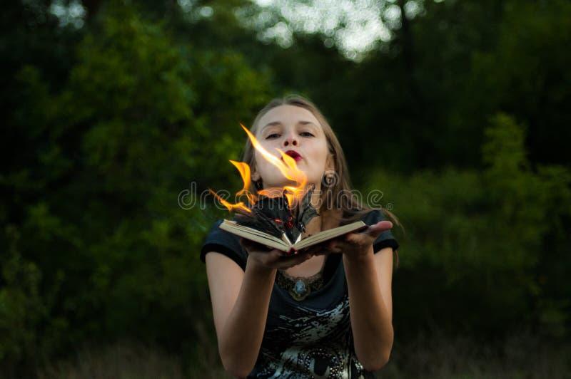 Une flamme au-dessus d'une femme du feu, langues du feu La flamme a couvert le livre photo libre de droits