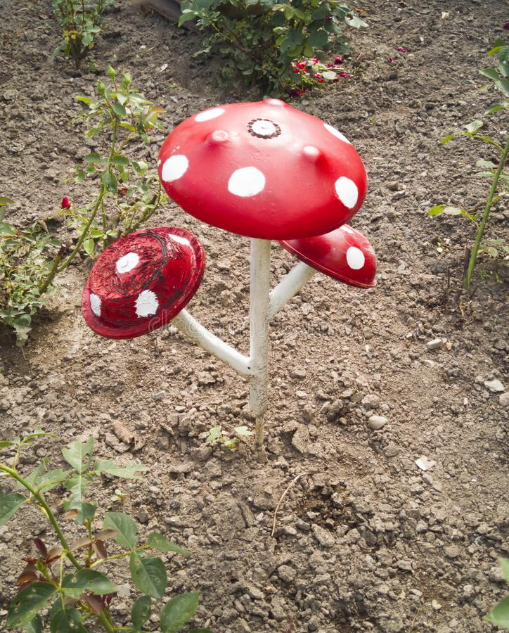 Une fleur d'une bouteille en plastique Champignon de vieilles casseroles Cygne de l'autobus La décoration pour le jardin le font  image stock
