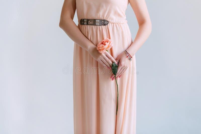 Une fleur rose sur sa hanche images stock