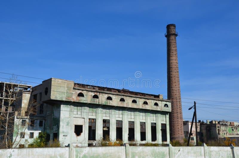 Une fonderie abandonnée avec l'entonnoir a bourdonné photographie stock libre de droits