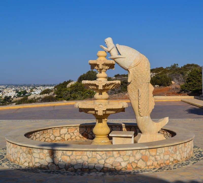 Une fontaine avec une sculpture de l'histoire biblique Jonas et les poissons photographie stock libre de droits