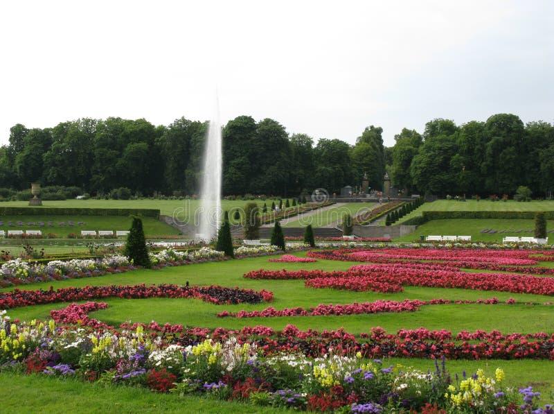 Une fontaine dans le parkland d'un palais images stock