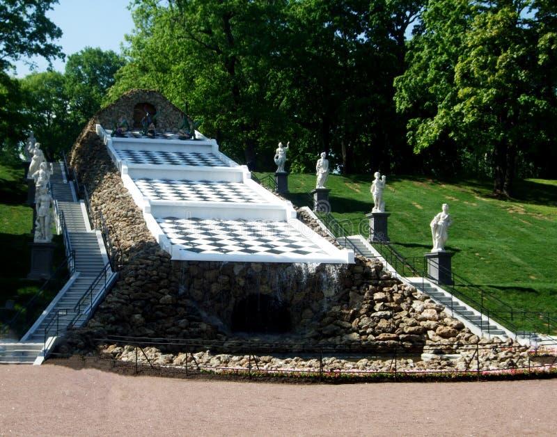 Une fontaine et statues d'échecs en parc de Peterhof photographie stock