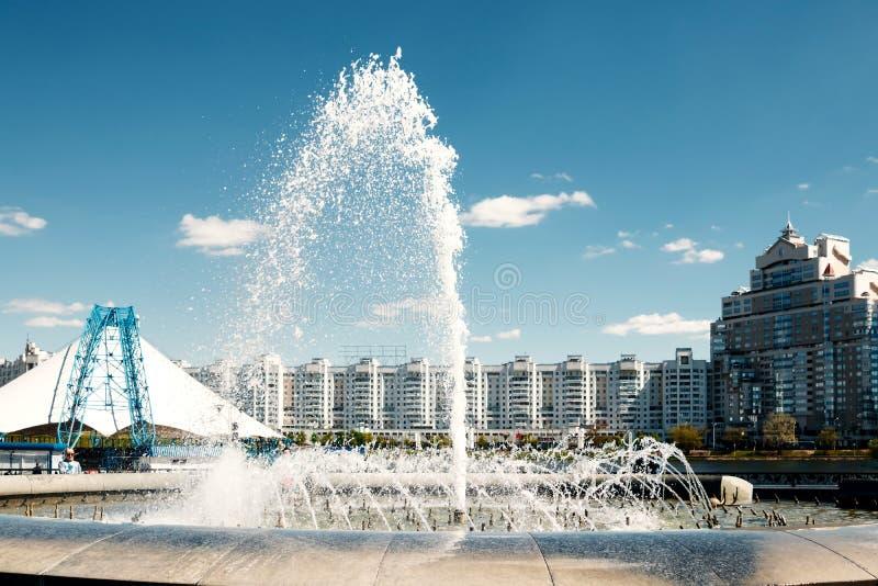 Une fontaine moderne dans le parc de la ville sur l'aire de jeux d'été Système cascade de fontaines urbaines sur la place princip photo stock