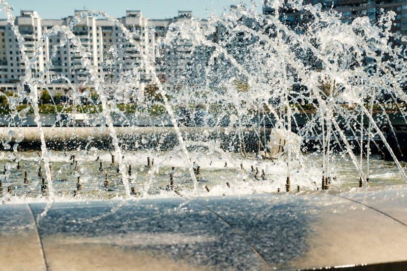 Une fontaine moderne dans le parc de la ville sur l'aire de jeux d'été Système cascade de fontaines urbaines sur la place princip photos libres de droits