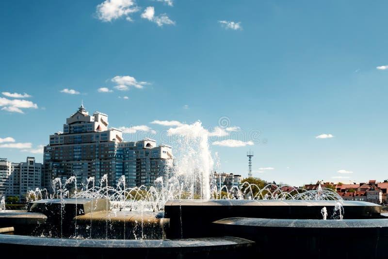 Une fontaine moderne dans le parc de la ville sur l'aire de jeux d'été Système cascade de fontaines urbaines sur la place princip photographie stock