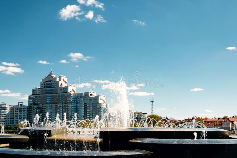Une fontaine moderne dans le parc de la ville sur l'aire de jeux d'été Système cascade de fontaines urbaines sur la place princip images stock