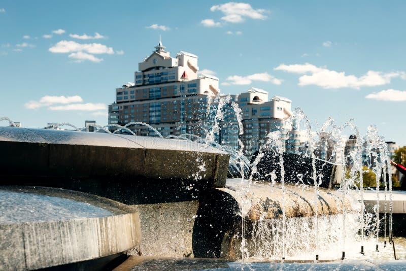 Une fontaine moderne dans le parc de la ville sur l'aire de jeux d'été Système cascade de fontaines urbaines sur la place princip photo libre de droits