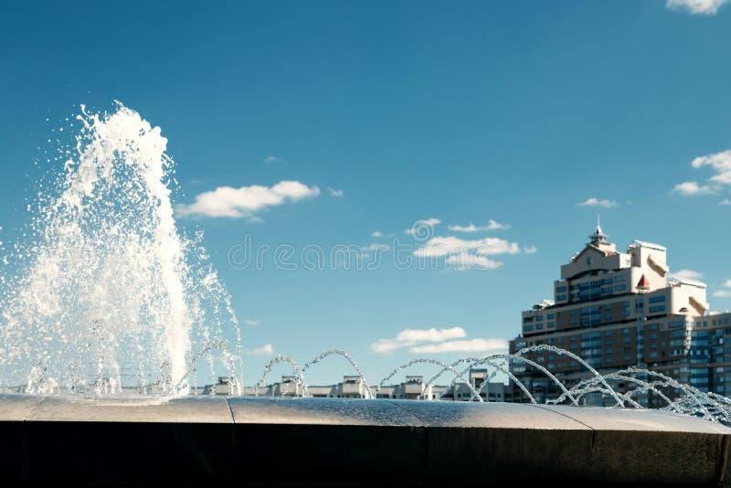 Une fontaine moderne dans le parc de la ville sur l'aire de jeux d'été Système cascade de fontaines urbaines sur la place princip images libres de droits