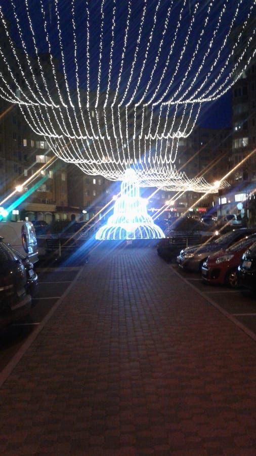 Une fontaine rougeoyante la nuit Lumières de la ville de nuit photos libres de droits