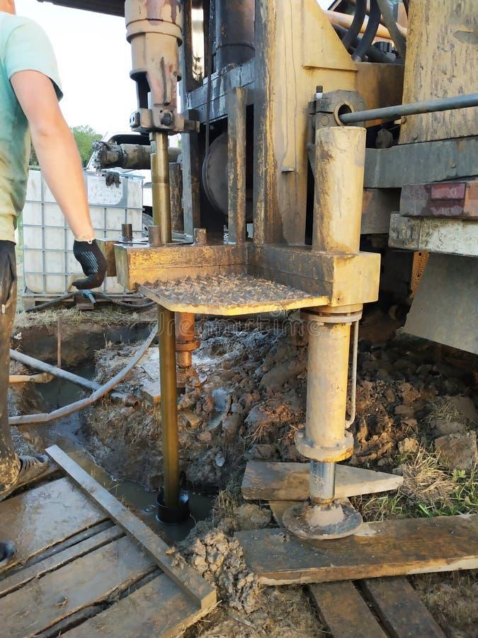 Une foreuse d'eaux souterraines installée sur un vieux camion se comporte bien le perçage sur un site privé photo stock