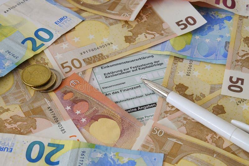Une formule en blanc pour la déclaration allemande d'impôts et un stylo photo libre de droits