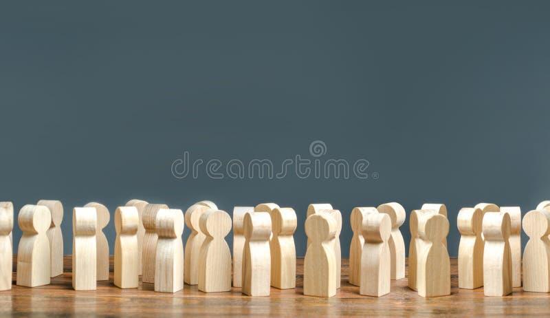 Une foule des figures en bois des personnes société, démographie groupe de citoyens, de rassemblement, de mouvement politique ou  image stock