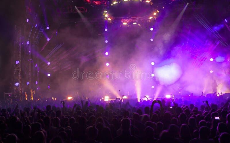 Une foule des personnes à un concert photos libres de droits