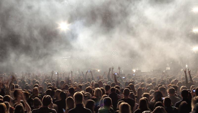 Une foule des personnes à un concert images libres de droits