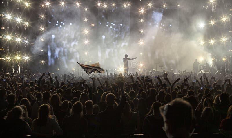 Une foule des personnes à un concert image libre de droits